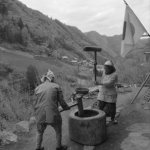 1959年 南 良和『秩父三十年』《祭り用の米を搗く。》