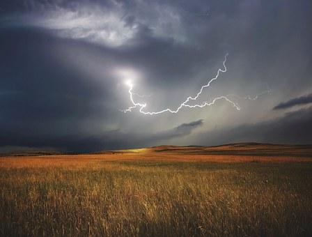 photo de foudre sur la campagne éclair verticale
