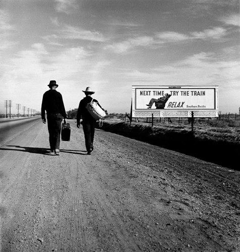 photos préférées de Dorothea Lange hommes qui marchent sur une route de terre et panneau publicitaire