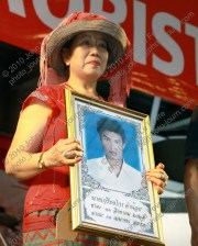 Entertainer Sopaphan Sukatungka battles to hold back the tears as she holds a photograph of Mr Kreingkrai Khumnoi (24) who was killed in clashes between red-shirt (เสือ้แดง) protesters and the Thai Army (กองทัพบก) at Khok Wua on April 10, 2010.