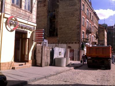 Фотографії розкопок на території між вулицями Івана Федорова та Сербськоюу на місці майбутнього будівництва готелю.