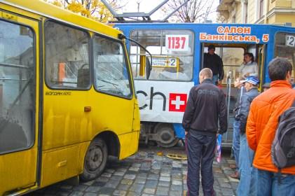 Фотографія аварії коли маршрутка в'їхала в трамвай на перехресті біля па`мятника Тарасу Григоровичу Шевченку 26 жовтня 2010 року
