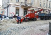 Фотографії прибирання снігу у Львові 2 грудня 2011 року на розі вулиць Менцинського та Городоцької