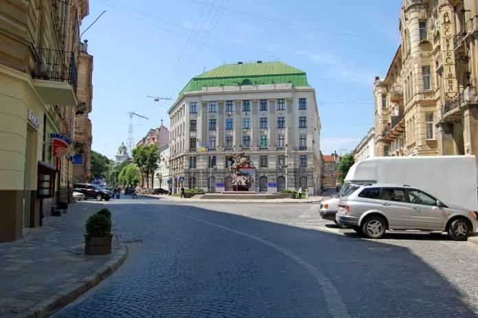 Пам'ятник Св. Юрію Змієборцю у Львові на площі Григоренка