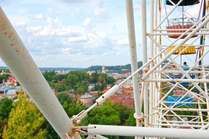 Панорама міста Львова з висоти оглядового колеса в парку культури та відпочинку імені Богдана Хмельницького