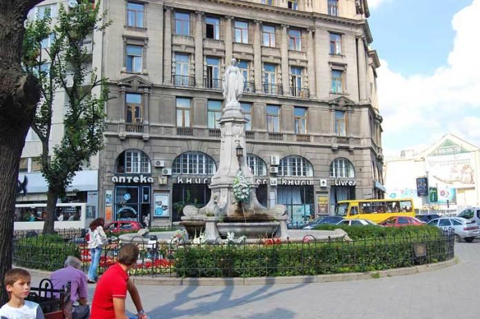 Статуя Матері Божої в центрі міста Львова на колишній Марійській площі