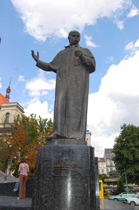 Пам'ятник Тарасові Шевченку в центрі Львова на проспекті Свободи на місці колишньої