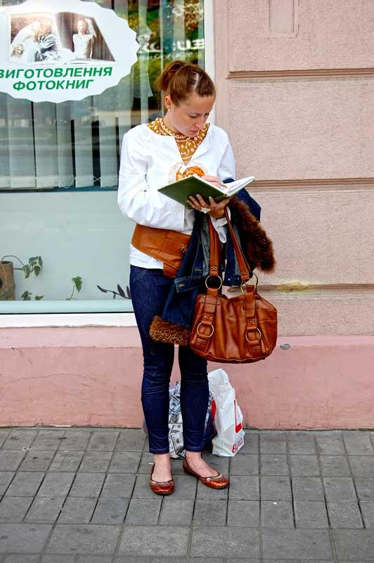 Студентка у вишиванці з конспектами на 1 вересня у Львові