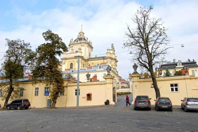 Святоюрський храм та фрагмент однойменної площі, саме тут вирував ярмарок. Фото наших днів