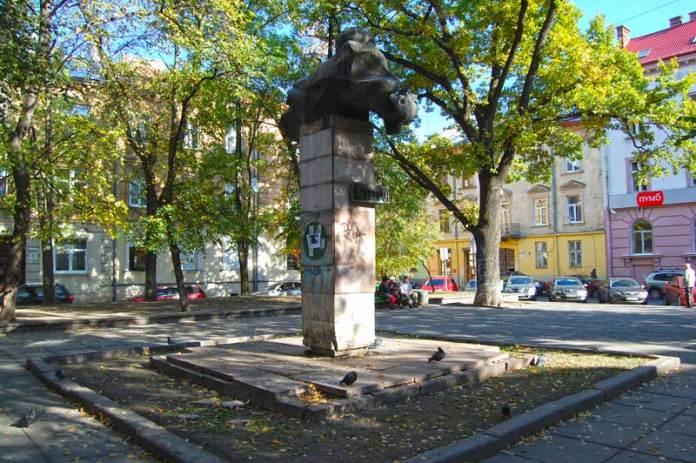 Пам'ятник Степану Тудору на площі Маланюка у Львові