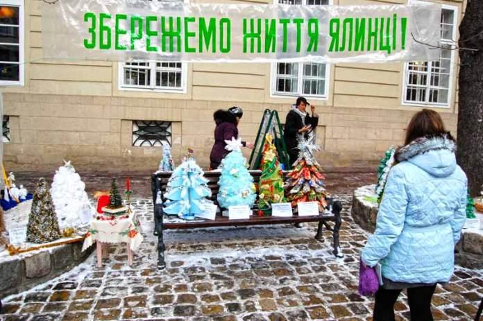 Новорічно-Різдвяний ярмарок у Львові на проспекті Свободи взимку 2011-2012 років.
