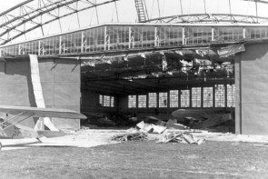 Пошкоджених ангар літака на аеродромі у вересні 1939 року