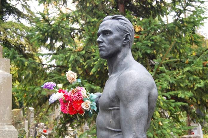 Могила Віктора Чукаріна