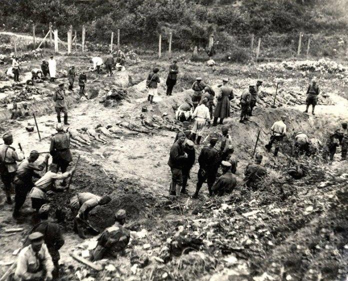 Радянська Надзвичайна комісія розслідування нацистських злочинів на місці Янівського концтабору та масових могил. Осінь 1944 р.