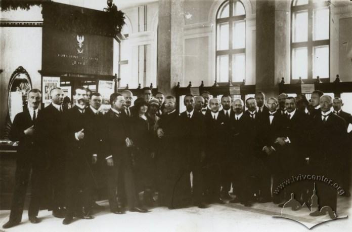Колектив працівників Головної пошти у реконструйованому головному операційному залі, 1923