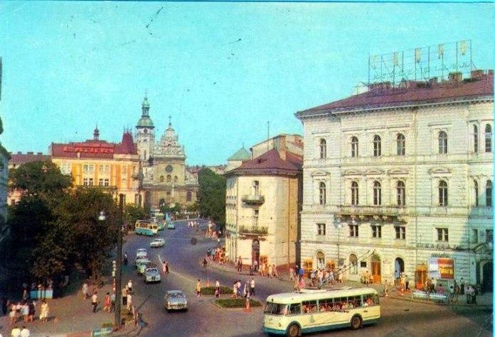 Львів, тролейбус їде з проспекту Шевченка на площу Міцкевича