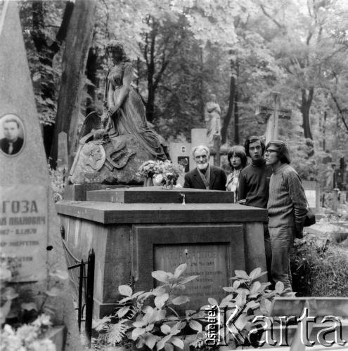 На могилі Артура Ґроттґера. Личаківський цвинтар