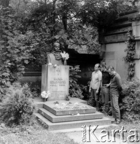 На могилі Марії Конопніцької. Личаківський цвинтар