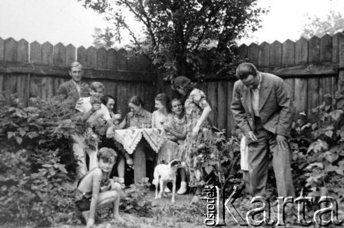 1940. У саду будинку на вул. Гіпсовій