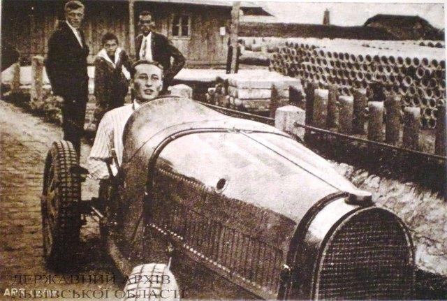 П. завідовскі на автомобілі «Бугатті»