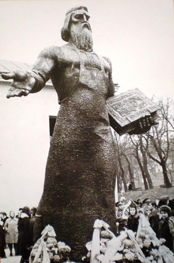 Пам'ятник Іванові Федорову у Львові, фото 70-ті роки ХХ століття