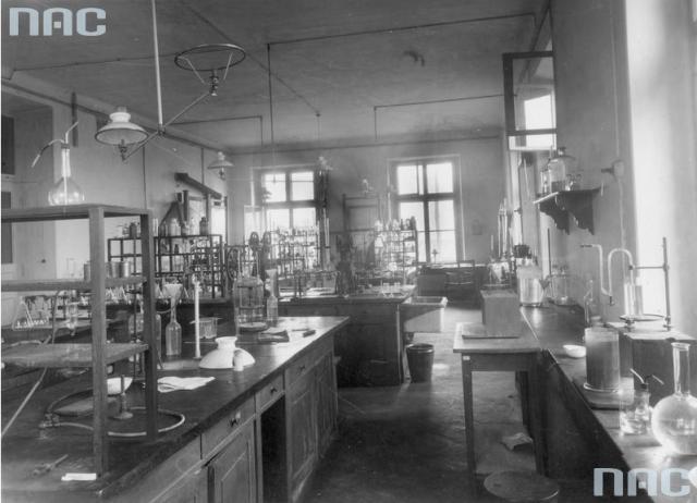 У лабораторії, 1934