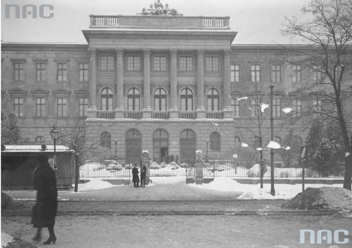 Головний корпус, 1920-1939