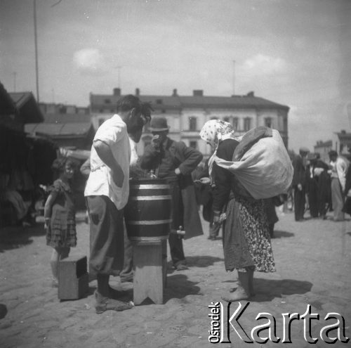 1931-1935. На ринку. Продавець води