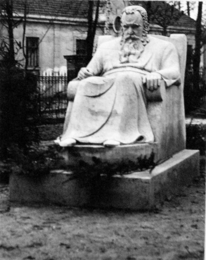 Пам'ятник митрополиту перед палацовим будинком на подвір'ї музею