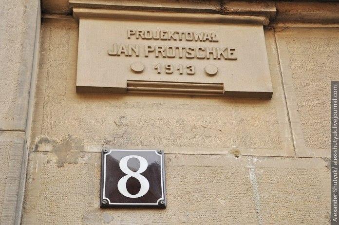 Табличка - барельєф із іменем архітектора будинку і роком побудови, фото наших днів