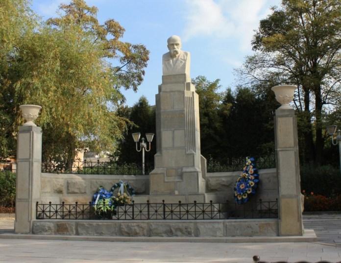 Цьому пам'ятнику у Винниках не 102 рокb, а лише 97. Але стоїть він на тому самому місці і дуже схожий на найперший в Україні