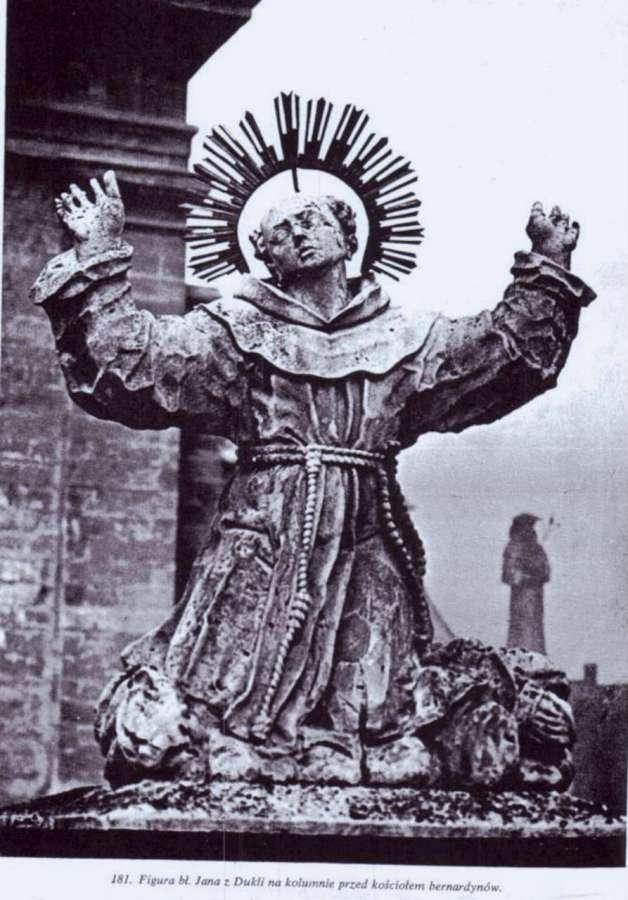 Скульптура Яна з Дуклі на колоні перед костелом бернардинів у Львові, фото до 1939 року
