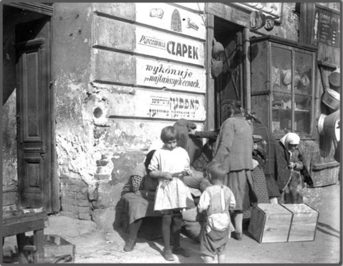 Вулична сцена у єврейській дільниці м. Львова ( р - н нин. вул. Сянська, М. Удатного, пл. св. Теодора, пл. Зернової ), 1930 - ті рр.
