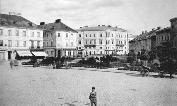 Вид на площу Марійську, праворуч перша споруда готелю Ж. Гоффмана, фото 1880 - х рр.