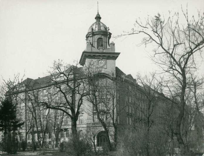 Будівля дирекції, вид з нин. парку ім. Франка, фот. М. Мюнц, 1925 рік