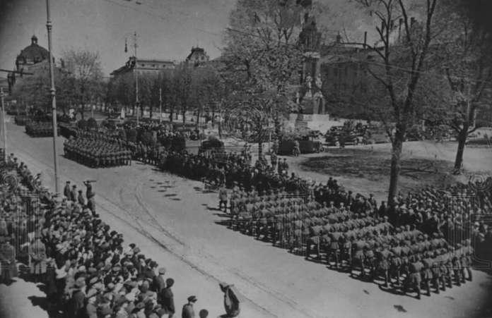 Парад 1 травня 1940 року на нин. пр. Свободи, в тлі - монумент конституції