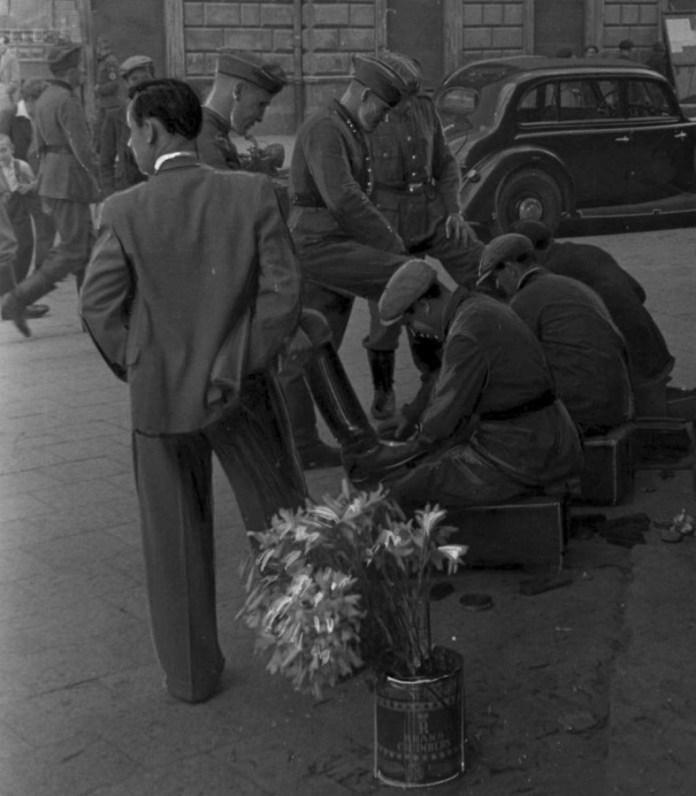 """Чистка взуття біля готелю """" Жорж """", 1941 - 1944 рр."""