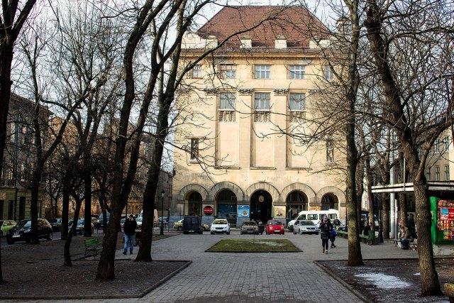Фрагмент площі Данила Галицького із спорудою театру Ляльок ( колись Ремісничої палати, 1913 рік ), фото 2015 року