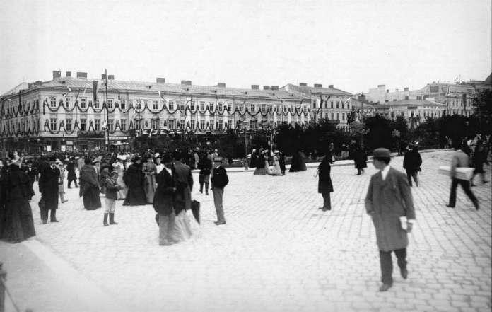 Будинок Гауснера прикрашений на честь візита цісаря до Львова. Фото 1894 року.