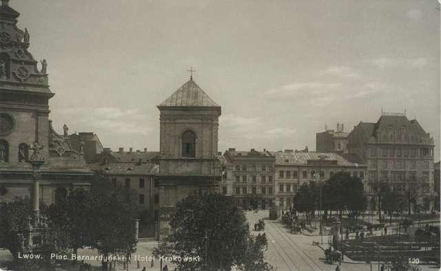 Площа Бернардинська, ліворуч, перед костелом колона Жевуських зі скульптурою св. Яна. Поштівка, до 1939 року