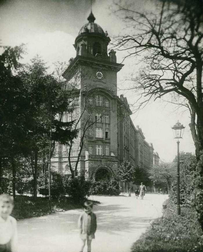 Вигляд на будівлю з боку нин. парку Франка. Фот. М. Мюнц, 1925 рік
