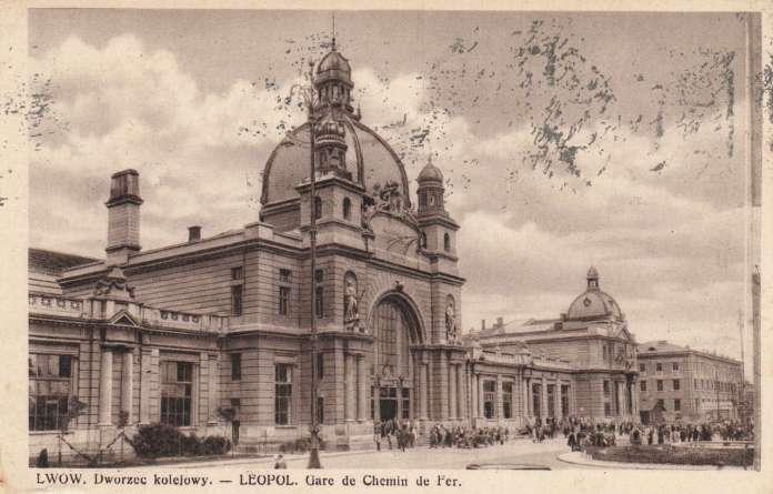 """Скульптурні алегорії """" Торгівля """" і """" Промисловість """" фасаду вокзалу у Львові. Поштівка, до 1939 року"""