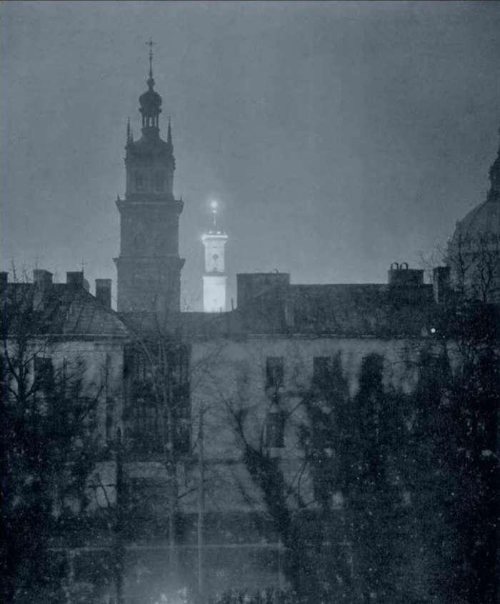 Вид на вежу Корнякта і ратушу з Губернаторських Валів, фот. Яна Отко, 30 - ті рр. XX ст.