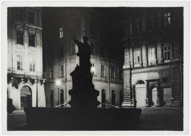 Фонтан зі скульптурою Адоніса, пл. Ринок, 1930 - ті роки