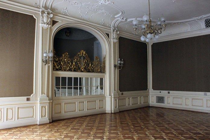 Балкончик для музикантів оздоблений позолоченою решіткою в Будинку вчених у Львові (колись Шляхетне казино)