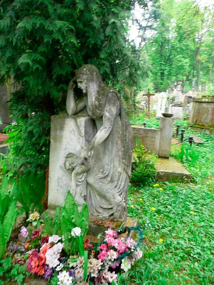 Пам'ятник на могилі банкіра Теодора Косса (між полями №16 і №9 на Личаківському цвинтарі)