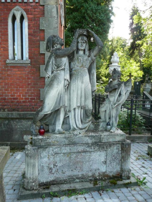 Трифігурна композиція на могилі Юліани Нефатер з дому Шабінгер  (Личаківський цвинтар)
