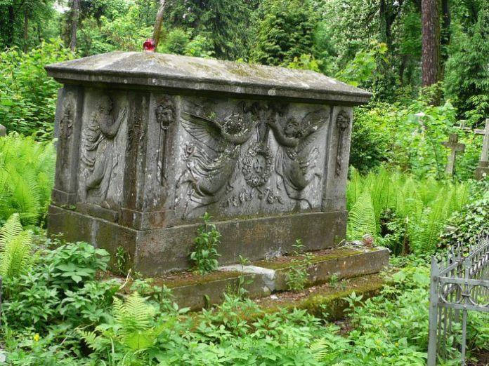 кам'яний ампірний саркофаг на могилі Йоанни з Рушковських Боґґофвунд (між полями №14 і №19 на Личаківському цвинтарі)