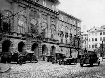 Площа Ринок та ратуша у перші листопадові дні 1918 року