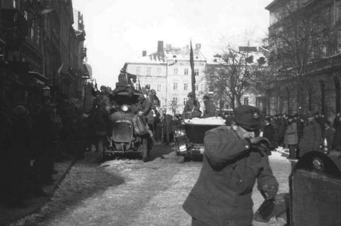 Перші підрозділи польської армії Галлера увійшли на площу Ринок, 1918 рік